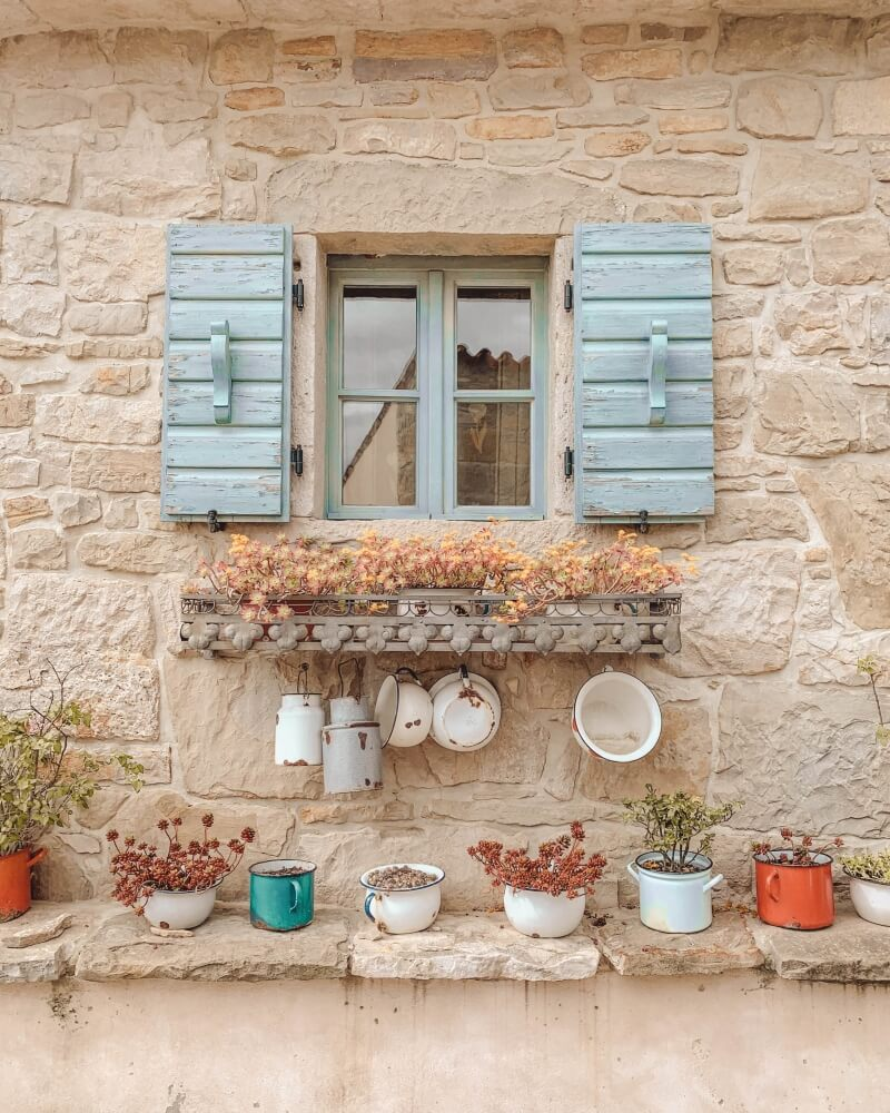 Life in Croatia | a charming windowsill decorated with pots, pans and flowers